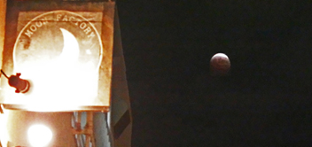 MOON FACTORYという名のカフェと月食